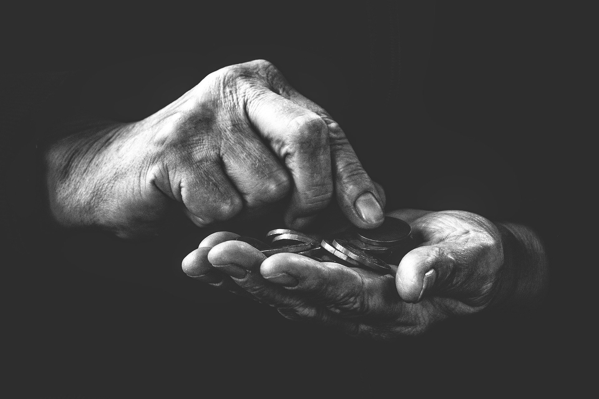 Penge mellem hænder