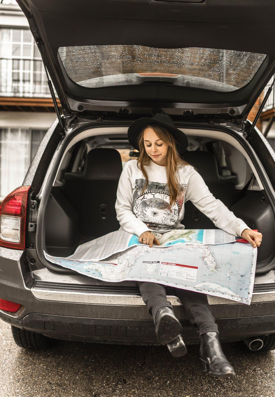 Kvinde i bagagerum på bil