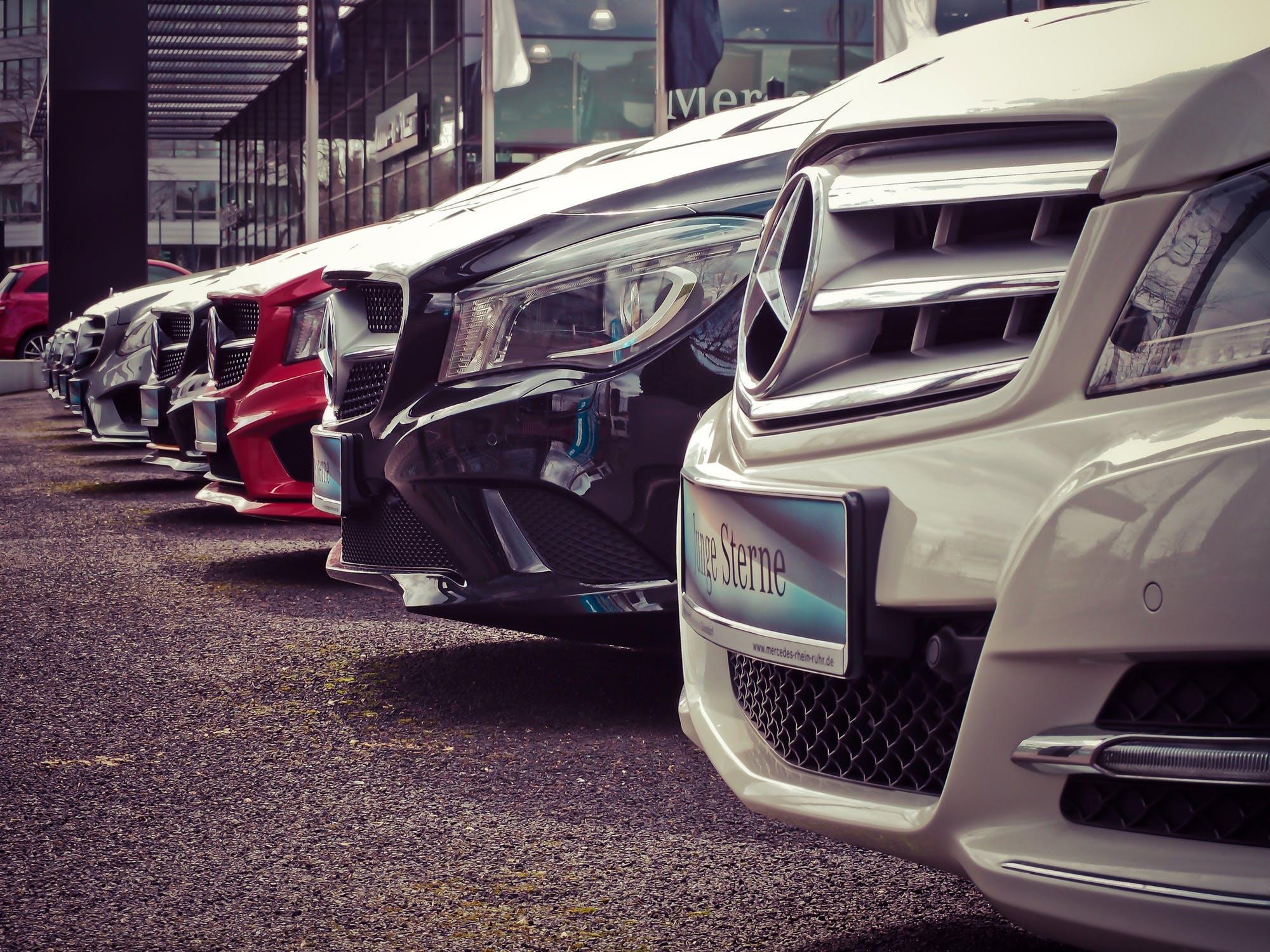 Mange parkerede biler