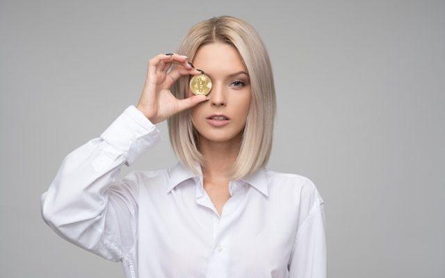 kvinde med mønt