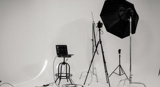fotostudie med sort stol