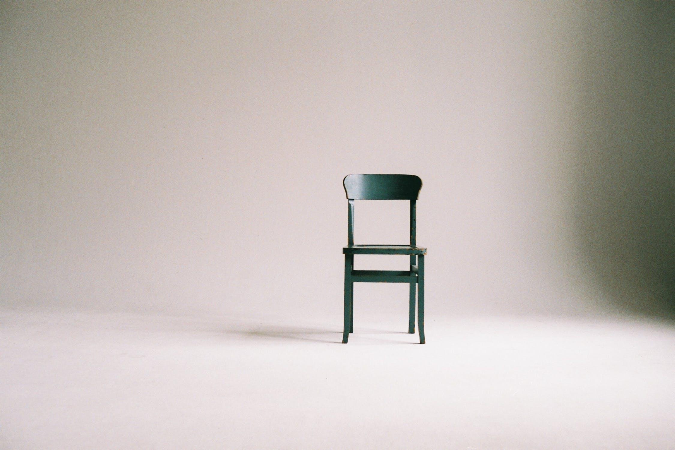 hvidt værelse med sort stol